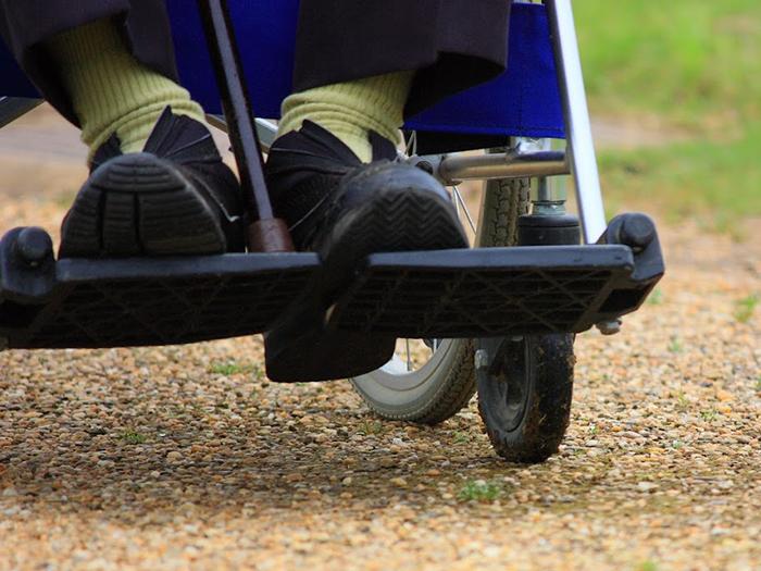 車椅子に乗る女性の足